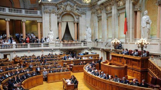 Covid-19: Parlamento discute hoje mais de 100 iniciativas