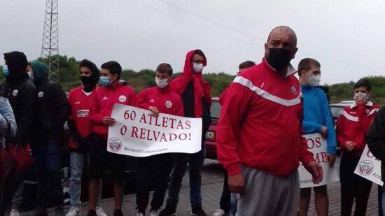 Grupo Desportivo Areosense em protesto por melhores condições no seu campo de futebol